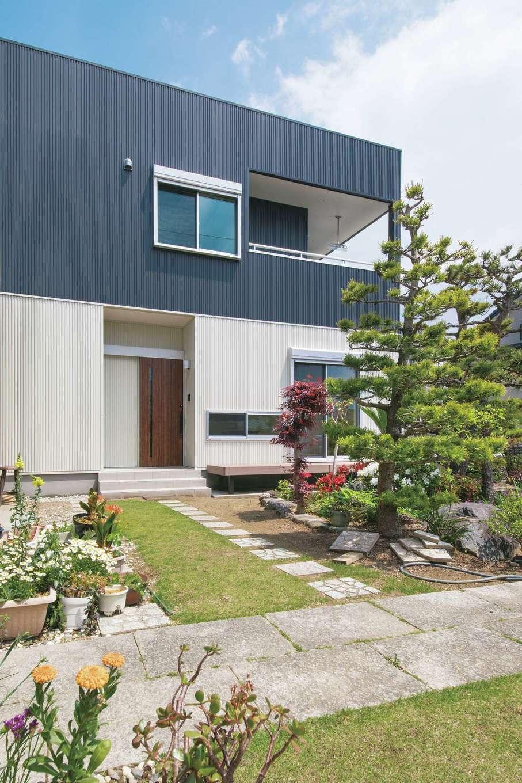堀田建築【収納力、二世帯住宅、自然素材】ツートーンカラーを採用した、スクエア型の外観。2階のインナーバルコニーも余裕がある