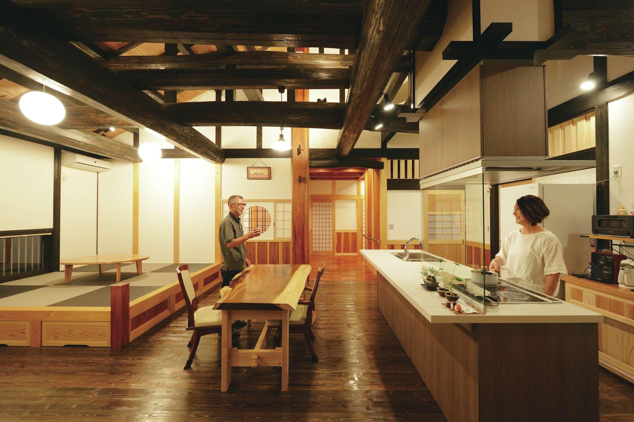 堀田建築【デザイン住宅、自然素材、夫婦で暮らす】古民家の趣きとシステムキッチンが調和した、和モダンな雰囲気が魅力だ
