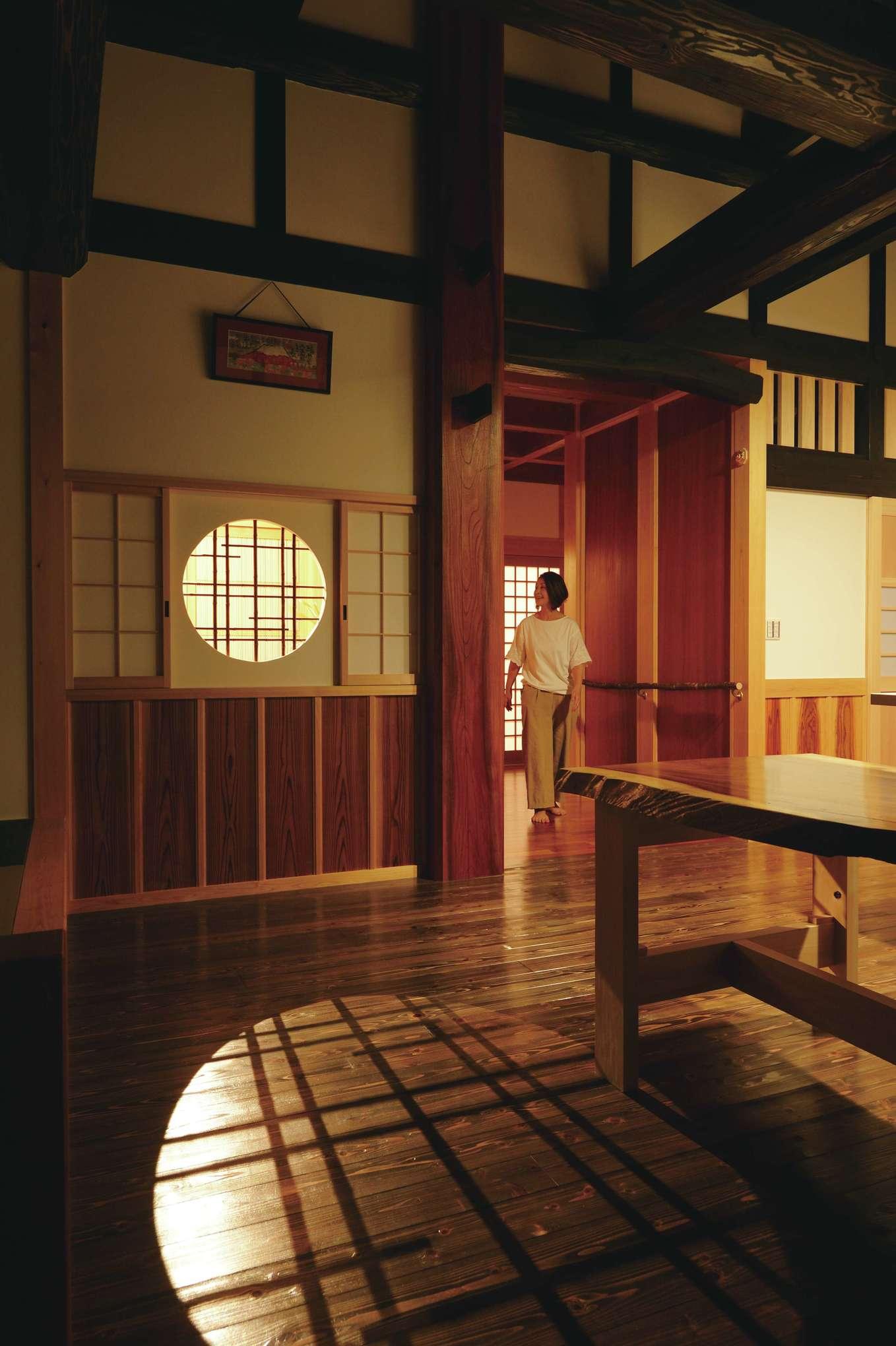 堀田建築【デザイン住宅、自然素材、夫婦で暮らす】暮らしやすい幅や高さ、光と風の通り道まで熟知した大工が、適材適所で素材を使い分けている