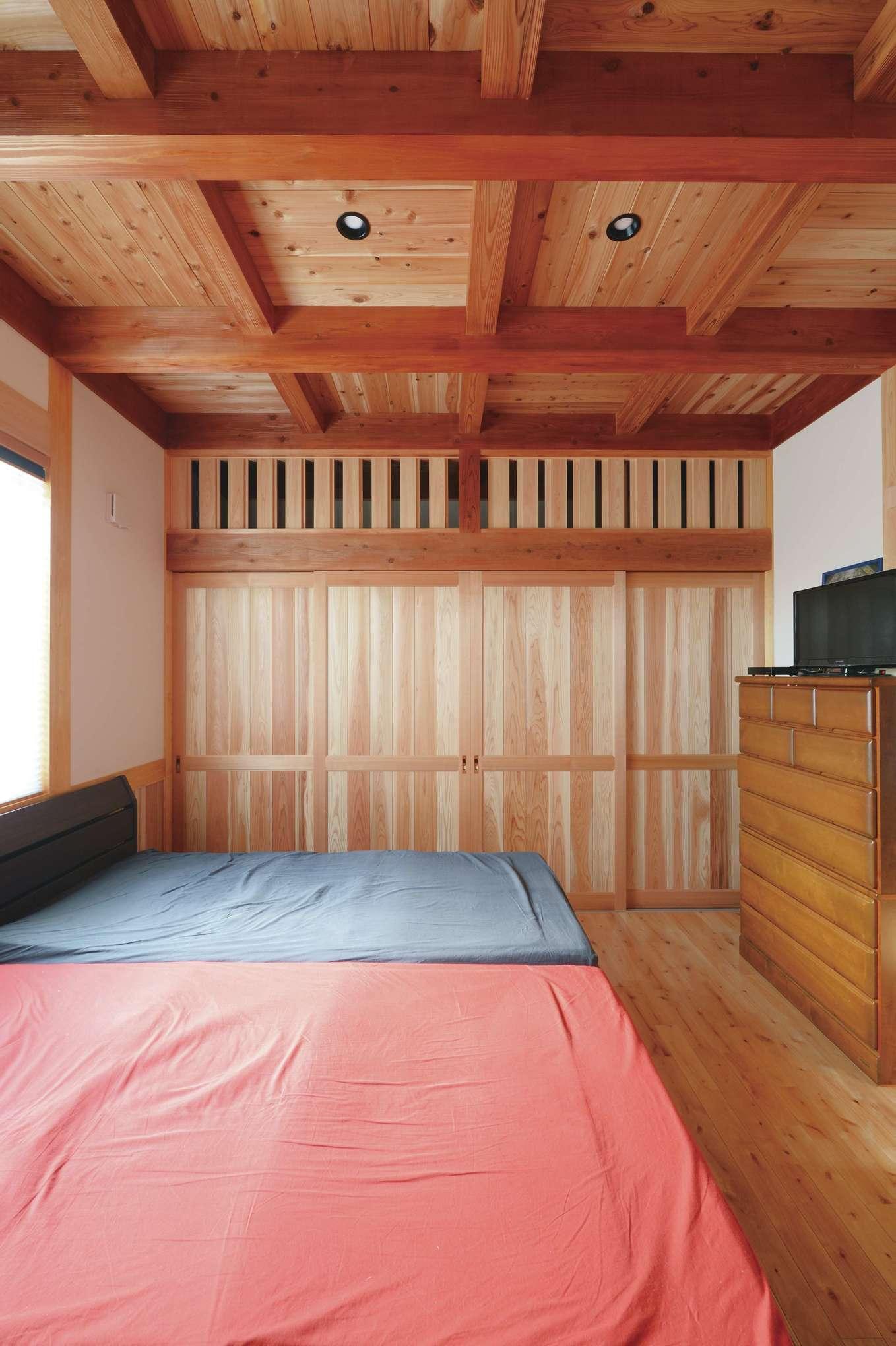 堀田建築【デザイン住宅、自然素材、夫婦で暮らす】寝室にある壁一面の収納も大工が造作。扉の上は通気性のいい無双窓になっている