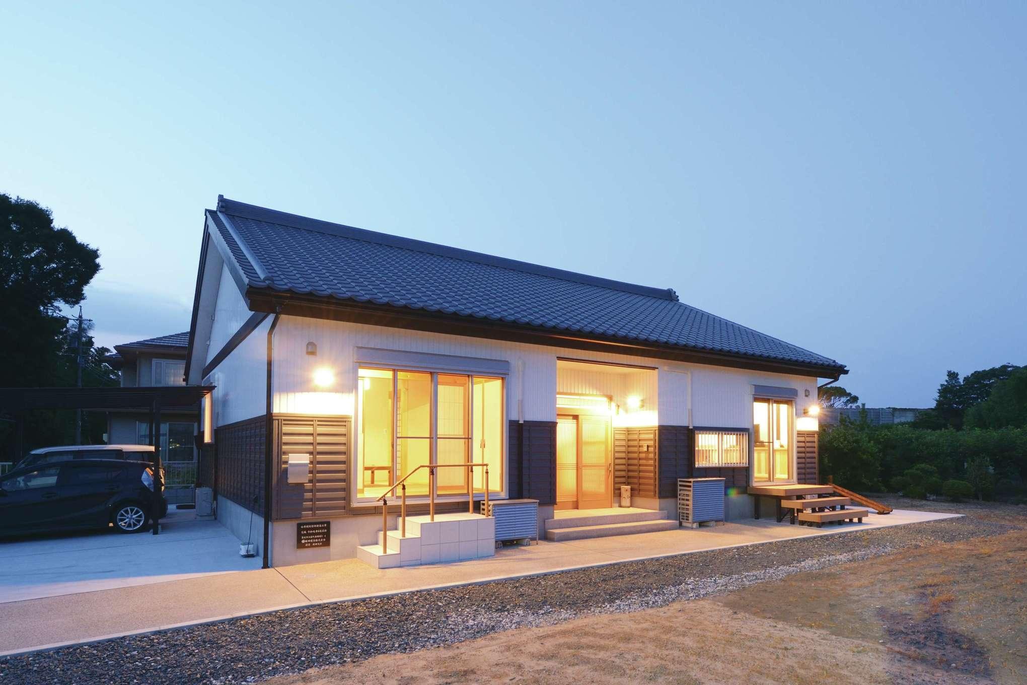 堀田建築【デザイン住宅、自然素材、夫婦で暮らす】ガルバリウムを鎧張りにした外観が目を惹く