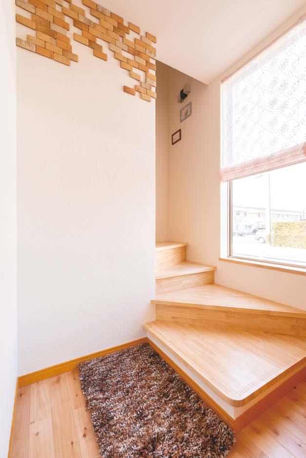 1階の玄関ホールは二世帯共有スペース。2階へ上がると、子世帯の居住空間になる