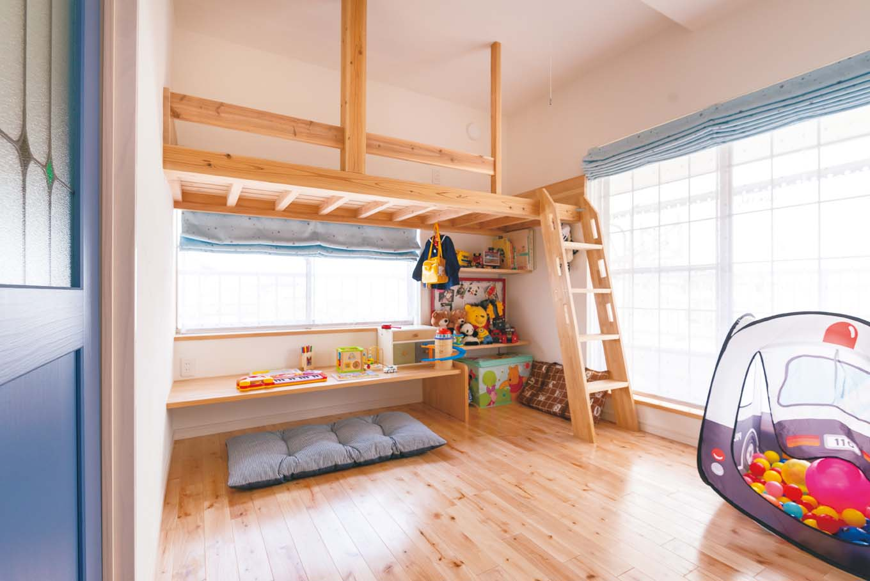 子ども室は6畳。ベッドを置くと居住スペースが減ってしまうため、ロフトベッドを造作したのは堀田さんのアイデア。その下には勉強机も用意され、子どもの成長に合わせて自由な過ごし方ができる