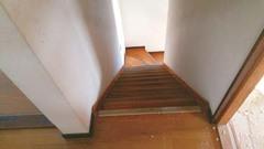 以前の階段スペースは、採光が限られ、昼間でも暗かった。足元が見えにくく、危ない面も