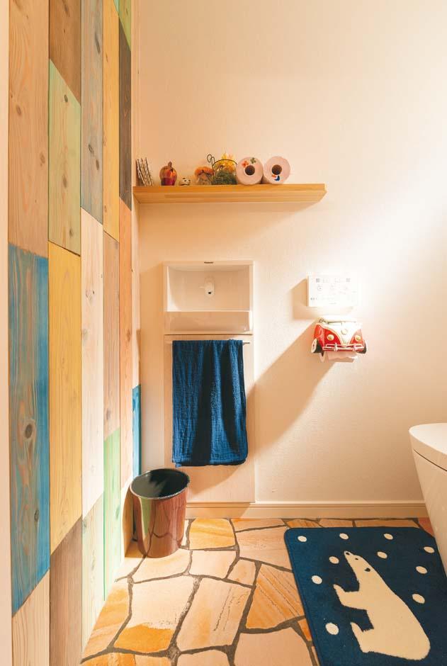 トイレまでこだわって作りこんだ。かわいらしい雑貨や造作棚、壁のペイントなどが映える