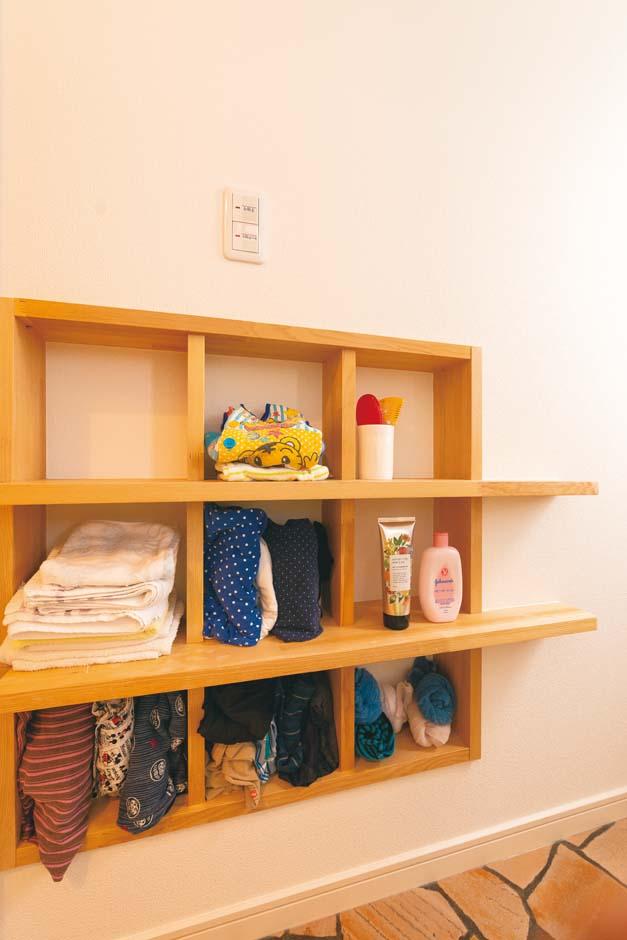 洗面脱衣所にあるニッチ収納。家具の代わりに、ここにタオルや洗面用具を収め、空間を広く活用