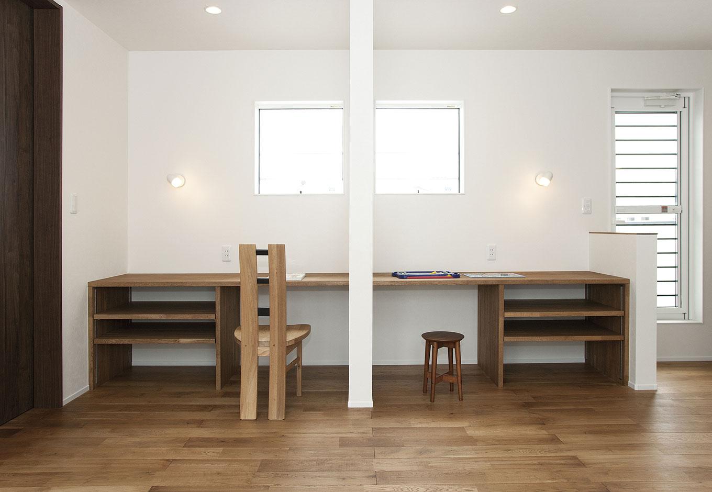 ARRCH アーチ【デザイン住宅、間取り、建築家】子ども部屋は将来、区切って使えるようにシンメトリーでデザイン。オリジナルデザインで造作した机は、今はご主人の書斎として活用