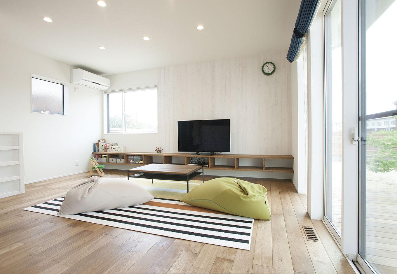 ARRCH アーチ【デザイン住宅、間取り、建築家】部屋の一番奥にあるリビングにはソファなどは置かず、座って過ごすスタイル。人目を気にせずリラックスできる