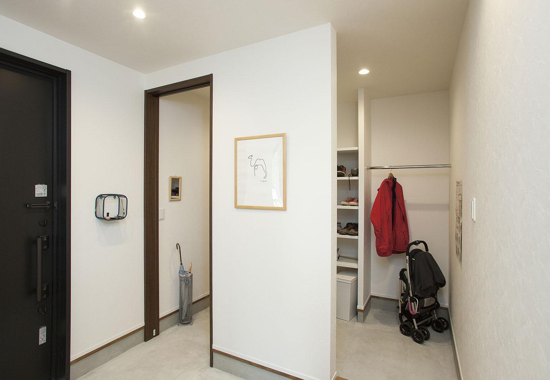 玄関横には家族の靴だけでなく、ベビーカーやコートなども収納できる