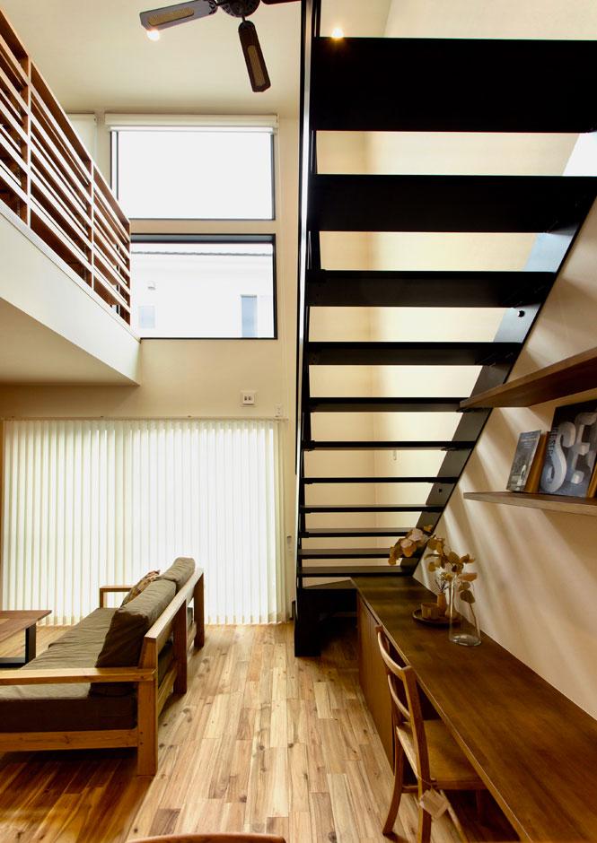 ARRCH アーチ【収納力、狭小住宅、建築家】アイアンの階段の下には、オリジナルデザインのスタディコーナーを設置。蹴込み板がないから明るく、集中できると好評
