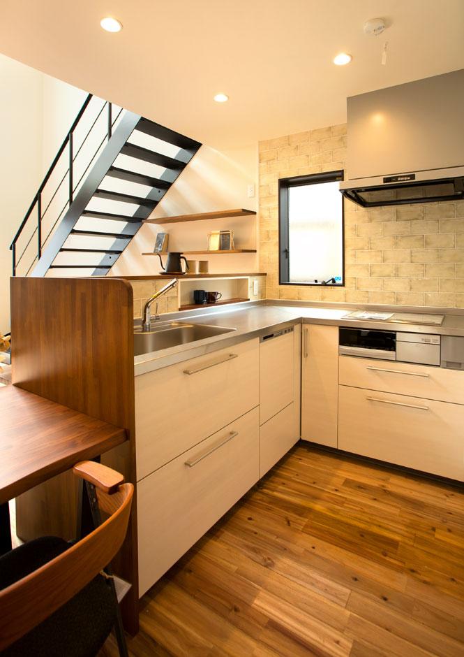ARRCH アーチ【収納力、狭小住宅、建築家】L字型のシステムキッチンは、横移動する必要がなく、身体の向きを変えるだけで料理ができて便利。すぐ横にはダイニングテーブルがあり、配膳も楽ちん