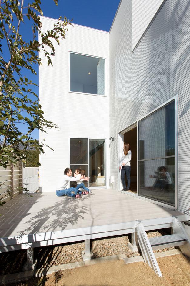 ARRCH アーチ【子育て、間取り、建築家】LDKに隣接する広々としたウッドデッキ。休みの日にテーブルを出して朝食を食べるなど、セカンドリビング的な使い方も
