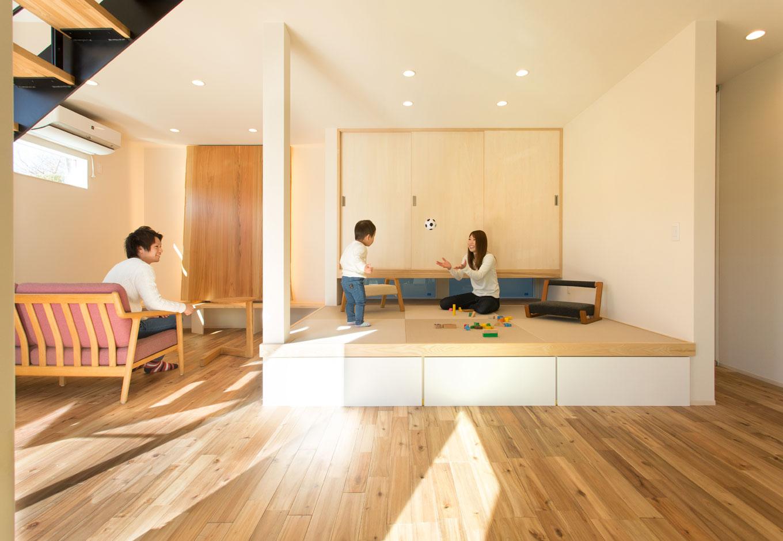 ARRCH アーチ【子育て、間取り、建築家】LDKの中心にある小上がりの和室は、子どもが昼寝をしたり、遊び場にしたり、マルチに使えるユーティリティスペース。引き出し式の収納に子どものおもちゃを片付ければ、LDKはいつでもすっきり