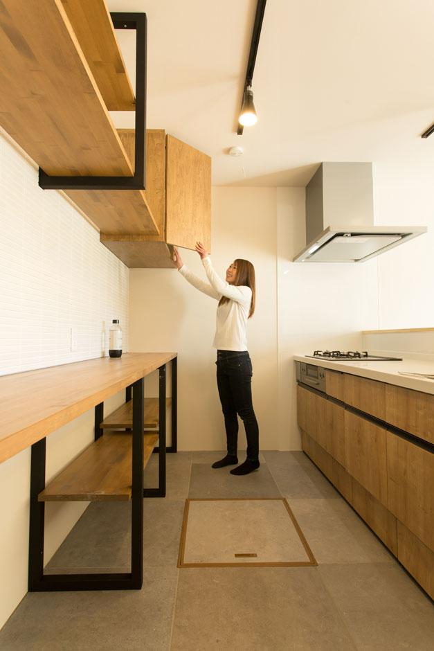 ARRCH アーチ【子育て、間取り、建築家】アイアンフレームのオープン収納、壁に白いタイルをあしらってカフェっぽく。システムキッチンの面材に木を使いやさしい雰囲気に仕上げた。雑貨好きな奥さまお気に入りの場所