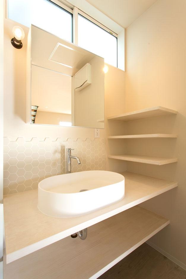 ARRCH アーチ【子育て、間取り、建築家】脱衣室と分けたセパレートタイプの洗面室。ハニカム柄のおしゃれなタイルに、たっぷり収納できる造作棚を設け、使い勝手も上々