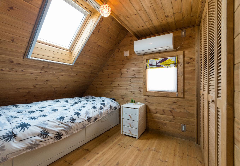 BESS浜松【趣味、自然素材、インテリア】北側にあるお義母さんの寝室には天窓があり、やわらかな光が降り注ぎ明るい。木に包まれ、朝までぐっすり