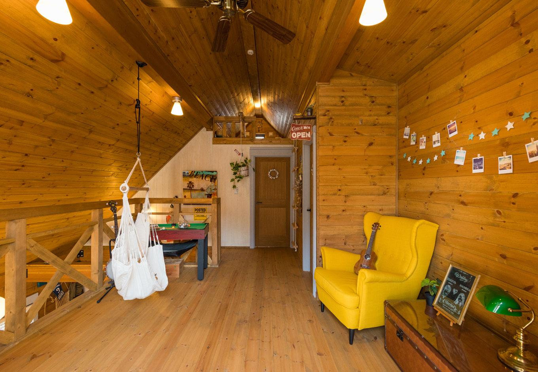 BESS浜松【趣味、自然素材、インテリア】1階と吹き抜けでつながる2階ホールは、ビリヤードやハンモック、オルガンを並べたプレイスペース。正面扉の上にある秘密基地のような屋根裏は、ゲストスペースとして活用