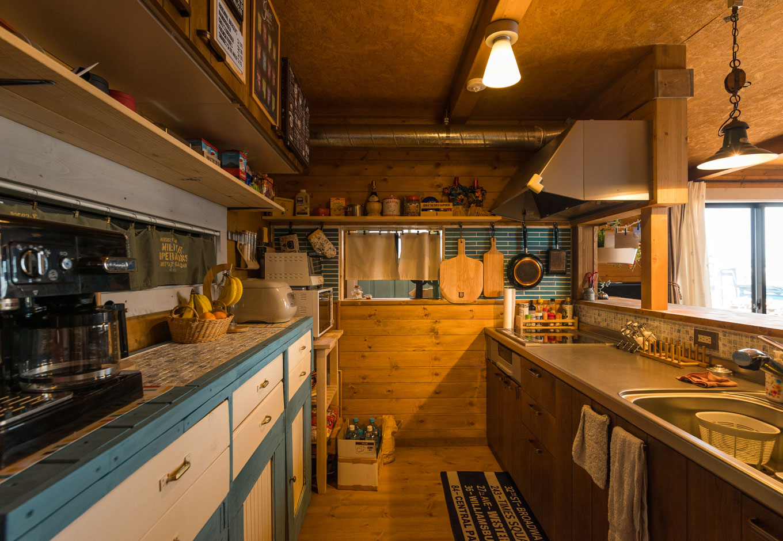 BESS浜松【趣味、自然素材、インテリア】タイルを貼った食器棚やキッチンなど、施工中から大工さんと一緒に現場に入って仕上げた。オープンな収納棚にこだわりのキッチンアイテムをディスプレイして、料理するのが楽しくなるキッチンが完成