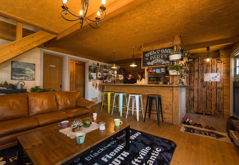 BESS浜松【趣味、自然素材、インテリア】玄関横にカウンターキッチンをレイアウトして、ご主人が大好きなカフェ風テイストでコーディネート。右端の玄関に見える板の扉は、ご主人がDIYしたシューズクローク