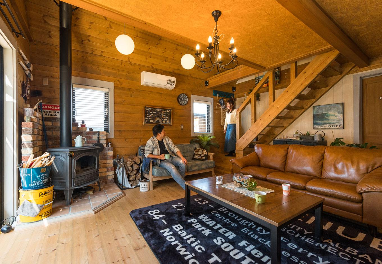 BESS浜松【趣味、自然素材、インテリア】薪ストーブを囲むように、夫妻それぞれのお気に入りのソファを並べたリビングは、家族3人が自然と集まる居心地よい空間。炉台はホームセンターで買った耐火レンガを使い2日ほどで仕上げた力作