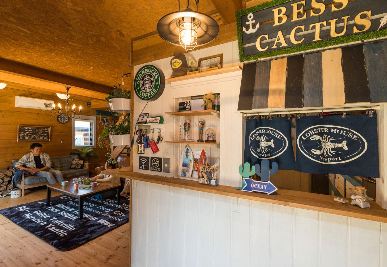 BESS浜松【趣味、自然素材、インテリア】玄関扉を開けると、「あれ、外?」と驚きを誘う、キッチンとつながったコーヒースタンドがお出迎え。カフェ好きご主人の遊び心あふれるおもてなし(もちろんご主人のDIY)