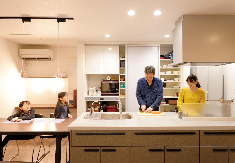 アイフルホーム 掛川店【デザイン住宅、子育て、趣味】奥さまこだわりのアイランドキッチンで、夫婦で仲良くクッキング。普段からご主人がキッチンに立つことも多く、この日はピーマンが苦手な次女のために新メニューに挑戦!