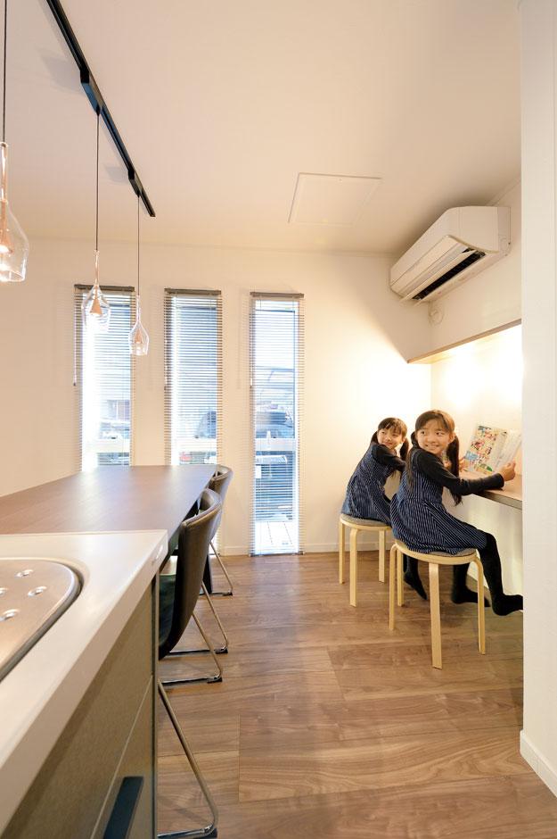 アイフルホーム 掛川店【デザイン住宅、子育て、趣味】ママが料理する間、造作のカウンターで子どもたちが宿題をする「見守り動線」もカンペキ