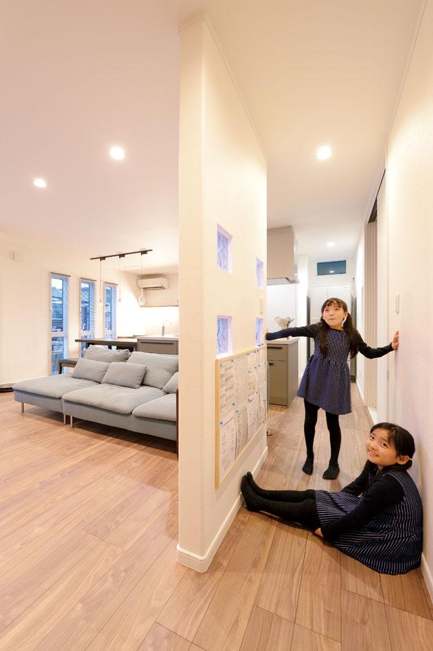 アイフルホーム 掛川店【デザイン住宅、子育て、趣味】リビングから見えない場所にコミュニケーションボードを設置。子どもたちは貼ってあるプリントを自分で確認し、明日の準備をする