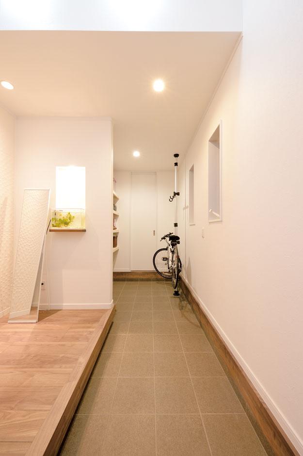 アイフルホーム 掛川店【デザイン住宅、子育て、趣味】奥さまが趣味の自転車を手入れしやすいよう、広くとった吹き抜けの土間ホール