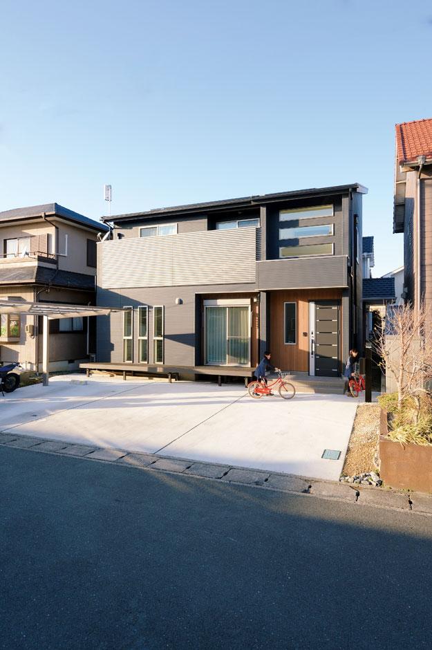 アイフルホーム 掛川店【デザイン住宅、子育て、趣味】シンプルモダンのかっこいい外観。5kWの太陽光発電を搭載し、光熱費は毎月黒字