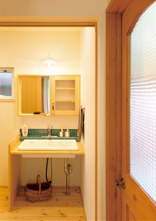 Casa(カーサ)【子育て、自然素材、平屋】造作洗面台は、使い勝手が良く見た目もスマート。近くには、タオルや着替えをしまえる壁面収納が備わる