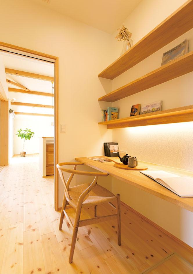 Casa(カーサ)【子育て、自然素材、平屋】キッチンの裏にある書斎スペース。ここで奥さまが、家業の事務作業を行う