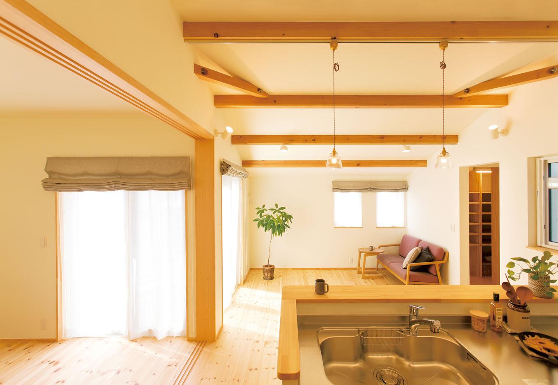 Casa(カーサ)【子育て、自然素材、平屋】キッチンに立つと、目の前がリビング、左手に子どもが遊ぶ隣室を見渡せる間取り