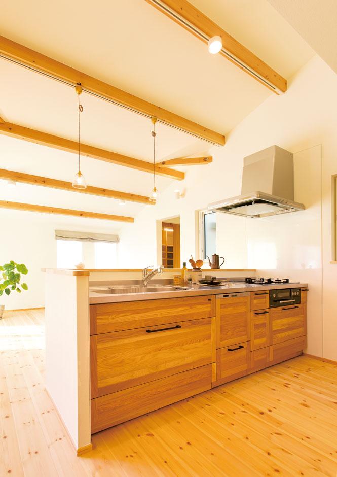 Casa(カーサ)【子育て、自然素材、平屋】WOODONEの木製キッチンが、パイン材の床にぴったり馴染む