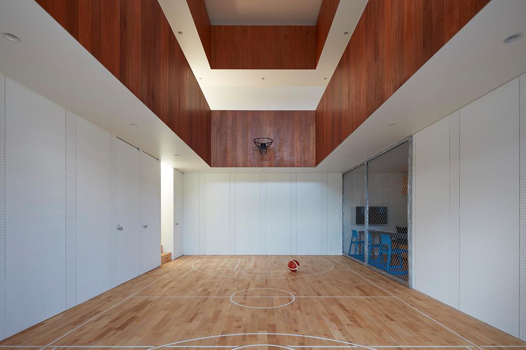 """""""コートハウス""""と呼ばれている大空間のある家。 まさか、家の中にバスケットコート?!"""