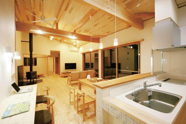 住まいるコーポレーション【デザイン住宅、自然素材、平屋】勾配天井が開放感を倍増させるLDK。佇んでいるだけで自然素材の心地よさが体や心に沁みてくる。ワンフロアで生活でき、動線も工夫されているので、家事もラクラク