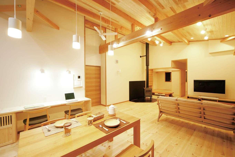 住まいるコーポレーション【デザイン住宅、自然素材、平屋】ダイニングの壁面には子どものスタディコーナーが設けてある。木の香りに包まれた空間で、いつでも家族の存在を感じながら安心して勉強ができる