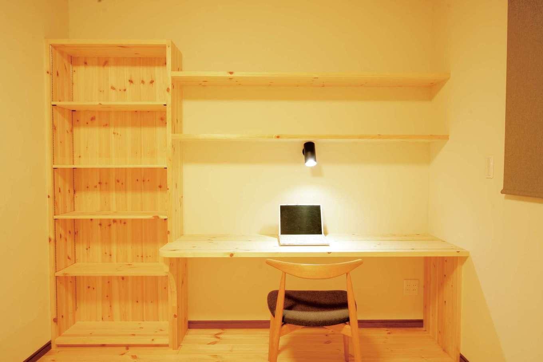 住まいるコーポレーション【デザイン住宅、自然素材、省エネ】寝室にあるご主人の書斎コーナー。造作の書棚には愛読書がたっぷり収まる。木の香に包まれた空間で、ゆっくり読書を楽しめそう