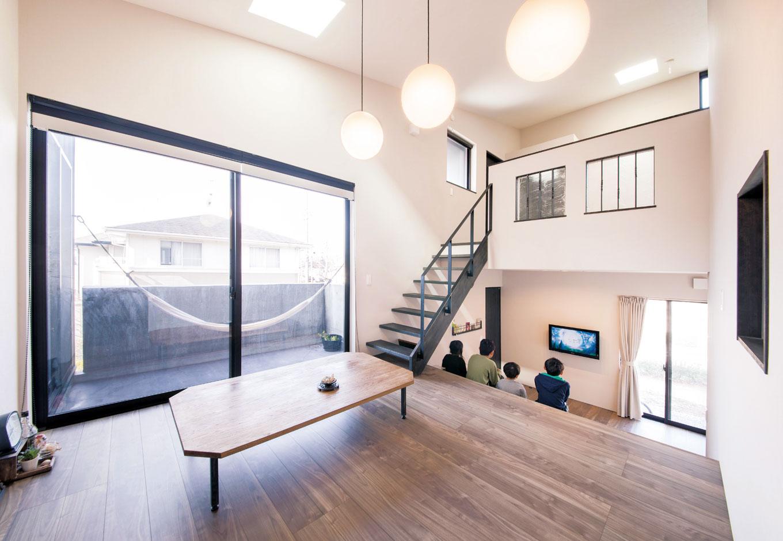 MABUCHI【趣味、スキップフロア、ガレージ】間仕切りのない室内は家族がどこにいても気配を感じられるので親も子も安心。ストリップ階段を上がると子どもスペースが広がる