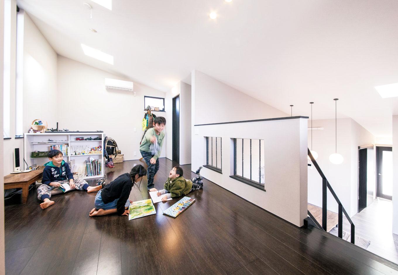 2階の子どもスペース。友達が来たときはここに布団を並べてお泊まり会! 子どもたちが巣立った後も使いやすいよう、できるだけシンプルに設計