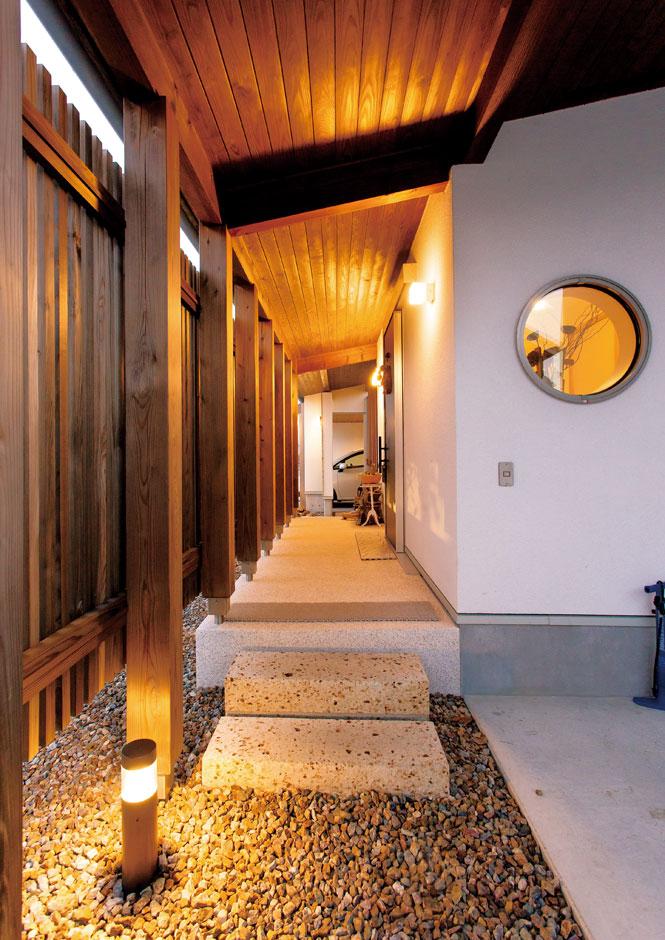 木の格子+軒天+化粧柱、玉砂利、飛び石、丸窓を採用し、風情豊かな雰囲気に仕上げた玄関ポーチ
