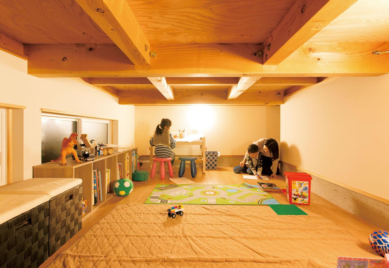 子ども部屋を中2階に設えて、その下の床下部分を大容量の収納スペース兼子どもたちの秘密基地に
