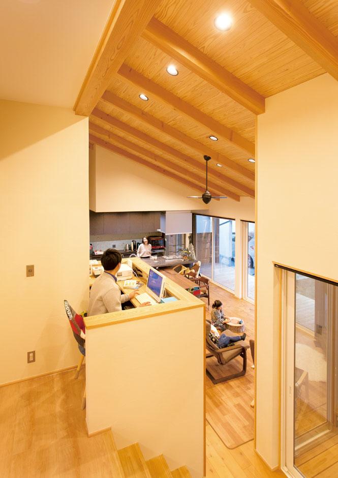新栄住宅【子育て、間取り、平屋】中2階のデッドスペースにご主人の書斎コーナーを造作した。LDK、インナーテラス、庭まで見渡せるので奥さまや子どもたちとのコミュニケーションもスムーズ