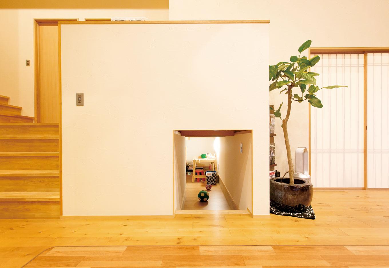 新栄住宅【子育て、間取り、平屋】床下スペースのおかげでリビングをいつもすっきりとキレイに保つことができるので、仕事と家事育児を両立する奥さまのストレスも解消