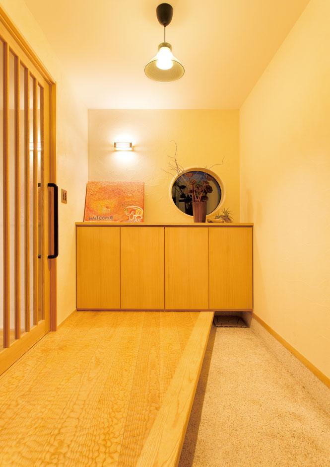 新栄住宅【子育て、間取り、平屋】土間玄関の上がり框は高級感のあるスプーンカットのホワイトアッシュ材