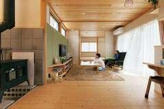 薪ストーブのぬくもりと 床座スタイルにくつろぐ家