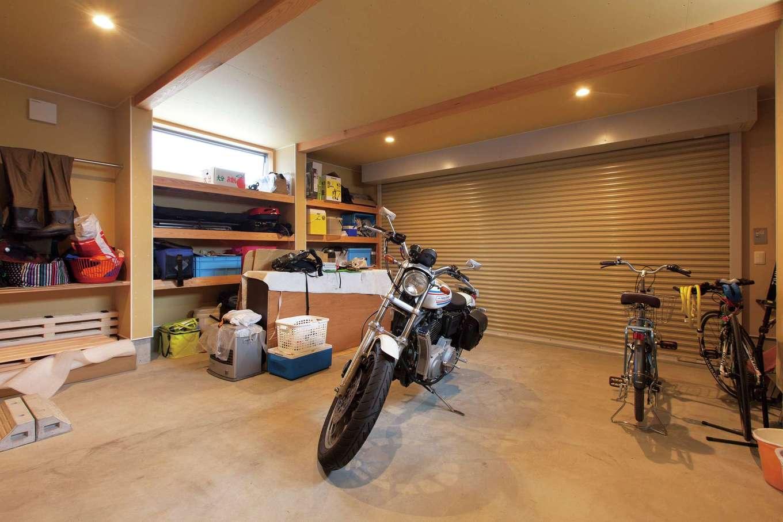ご主人の念願のガレージ。車、バイクのほか、釣り道具などがキチンと収納できるよう棚の作りも計算された