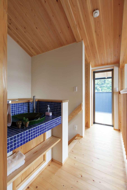 2階ホールに作られた収納と洗面スペース。正面のドアからベランダに通じる。夏はここから袋井の花火が楽しめる