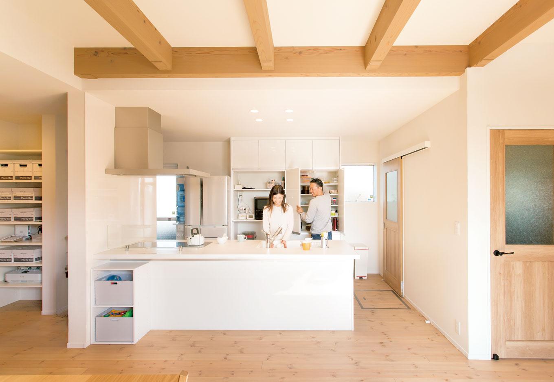 コバケンホーム(小林建設)【収納力、自然素材、間取り】白で統一したオープンキッチン。ワークトップが広いので、夫婦2人で料理の仕度をしても余裕の広さ。子どもの様子を見守りながら作業ができるので安心