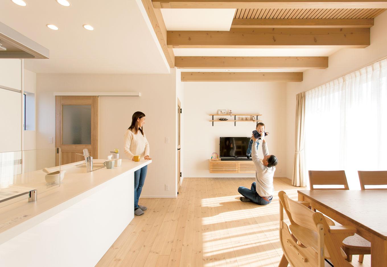 コバケンホーム(小林建設)【収納力、自然素材、間取り】室内は白を基調にし、シンプル&ナチュラルにコーディネート。自然素材の空間と高性能の換気システムにより、年中快適かつクリーンな空気に囲まれた空間が子どものすこやかな成長をサポートしてくれる